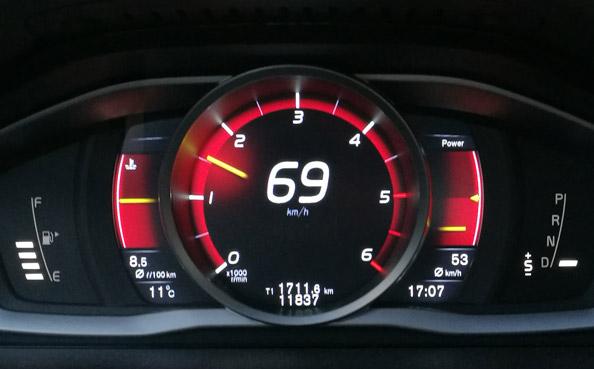 Instrumentpanelen på en Volvo XC60 visar momentanhastigheten 69 km/h och nere till höger medelhastigheten 53 km/h.