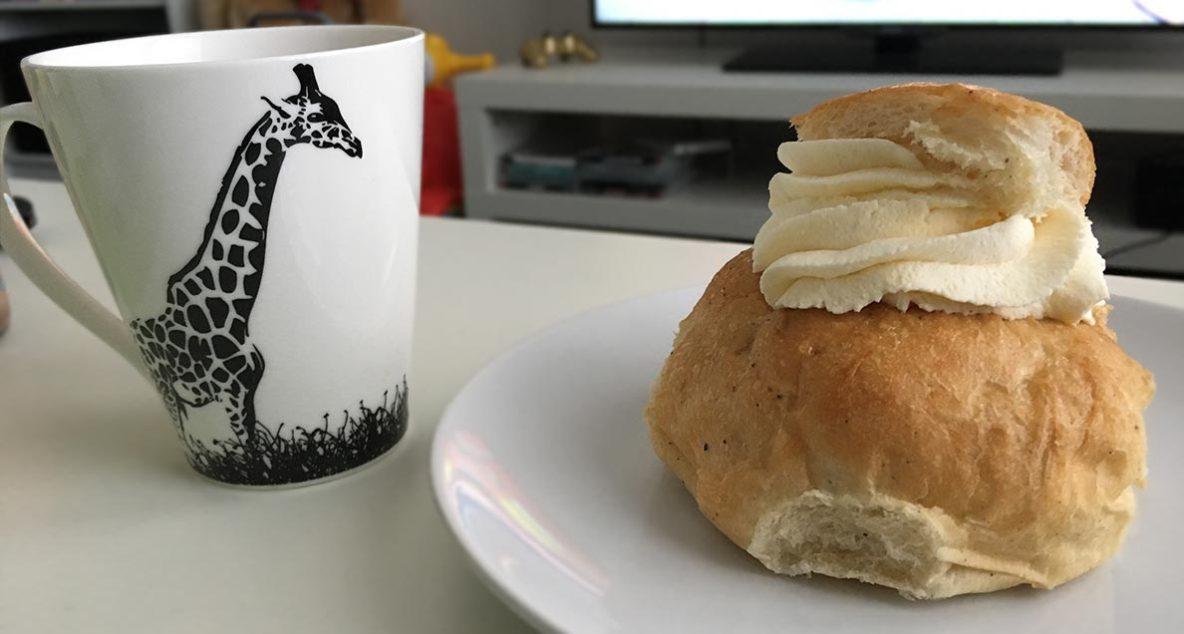 En semla och en kaffekopp.